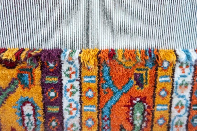 Telar para la alfombra que teje de la mano foto de archivo