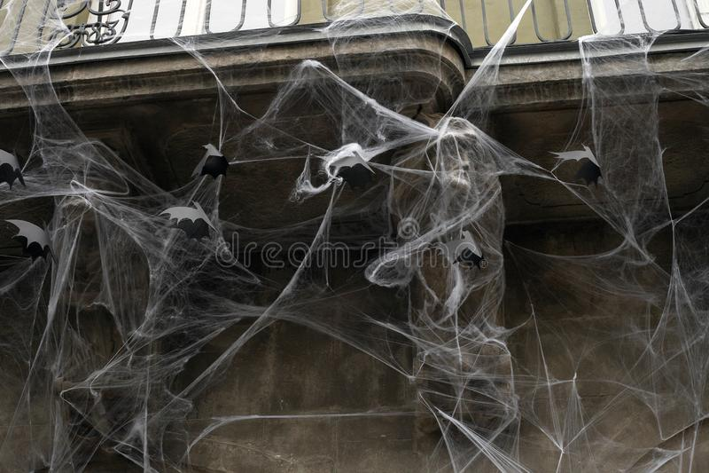Telarañas artificiales y palos negros de papel en la pared de la casa, decoración de Halloween fotos de archivo libres de regalías