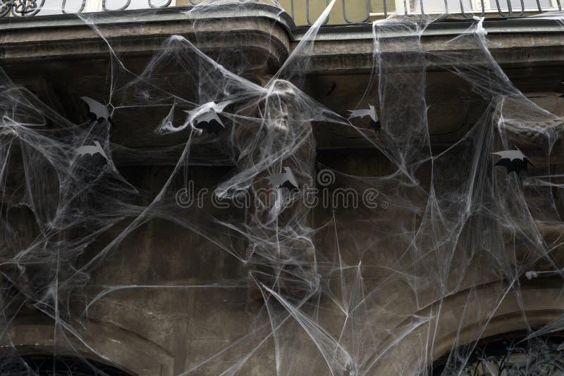 Telarañas artificiales y palos negros de papel en la pared de la casa, decoración de Halloween fotografía de archivo