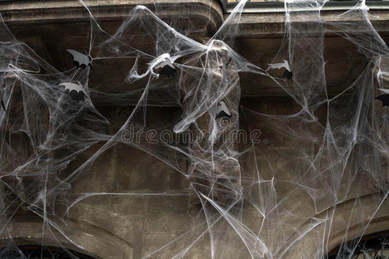 Telarañas artificiales y palos negros de papel en la pared de la casa, decoración de Halloween imagen de archivo libre de regalías