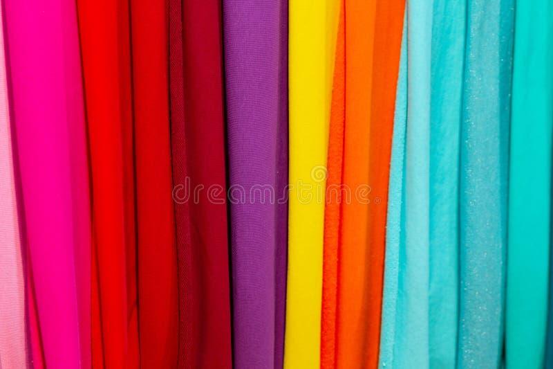 Telas coloridas en el contador de la tienda imágenes de archivo libres de regalías