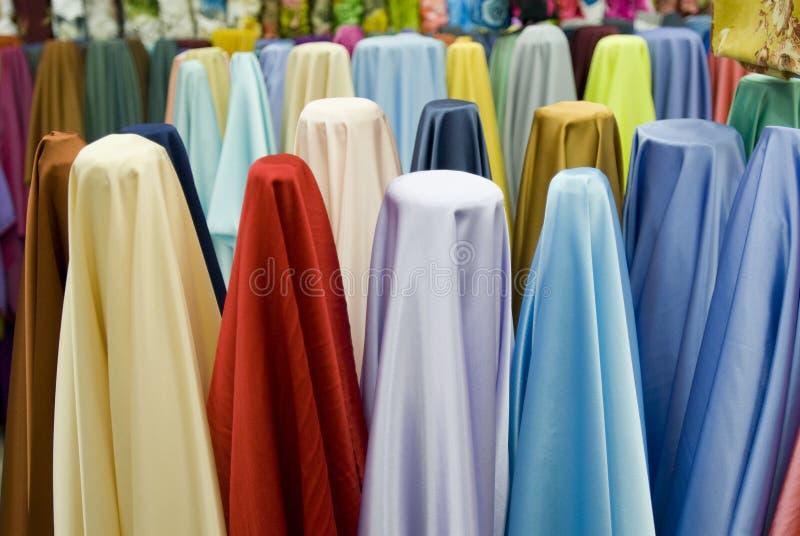 Telas de algodão coloridas na venda fotografia de stock