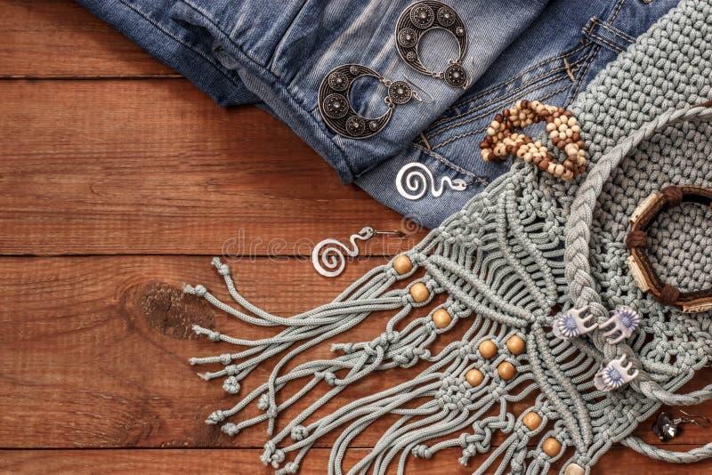 Telas do estilo e da hippie de Boho, braceletes, colares, calças de brim fotografia de stock royalty free