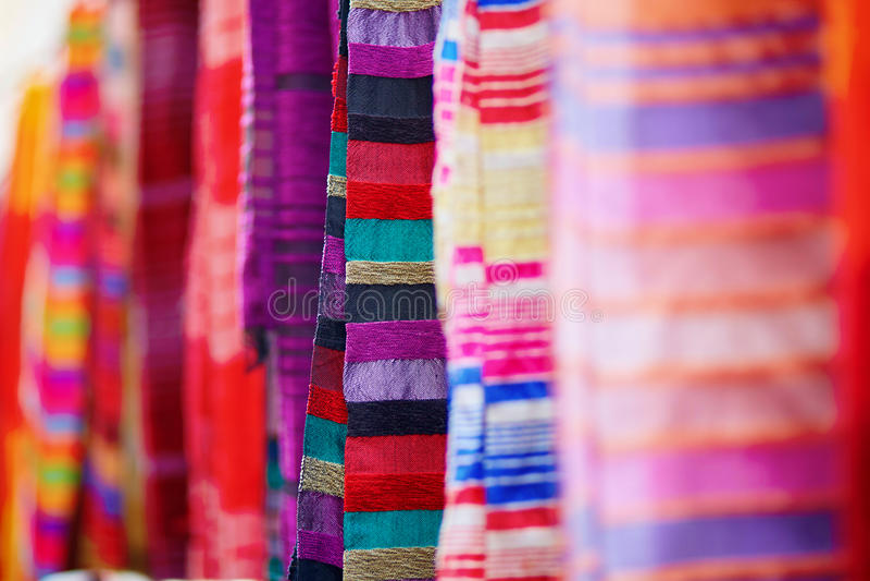 Telas e tapetes coloridos para a venda em Essaouira imagem de stock