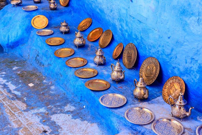 Telas marroquíes coloridas y recuerdos hechos a mano en la calle en la ciudad azul Chefchaouen, Marruecos, África foto de archivo libre de regalías