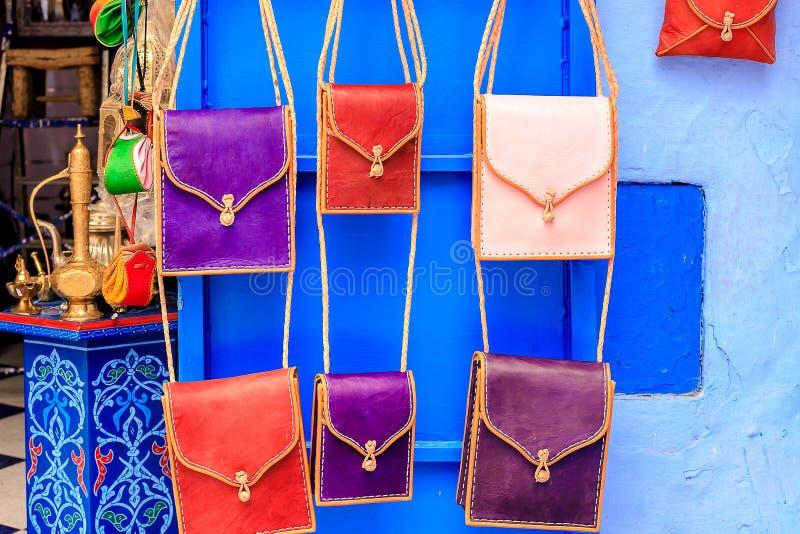 Bolsos de cuero en mercado de calle en marruecos foto de - Telas marroquies ...
