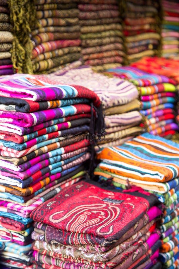 Telas no mercado em Fes, Marrocos fotos de stock royalty free