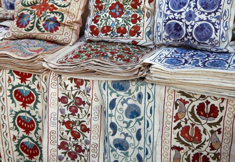 Telas tradicionais do bordado do suzani do uzbek no bazar oriental fotografia de stock
