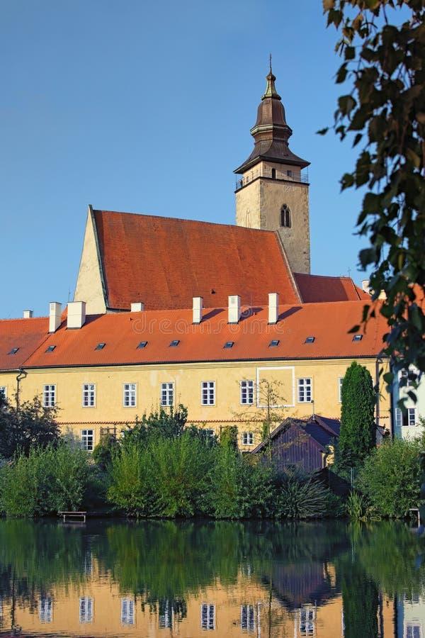 Telc è una città in Moravia del sud in repubblica Ceca Castello, torre e lago di Telc Un sito del patrimonio mondiale dell'Unesco immagine stock