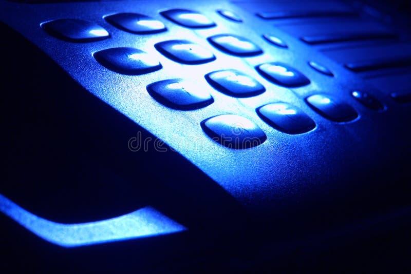 Telclado numérico del teléfono en luz azul dramática imagenes de archivo