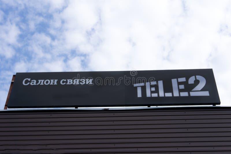 Tele2 logo jest znakiem na ich lokalnym sklepie telekomunikacja operator od pod warunkiem, że wisząca ozdoba i usługi internetowe obraz stock