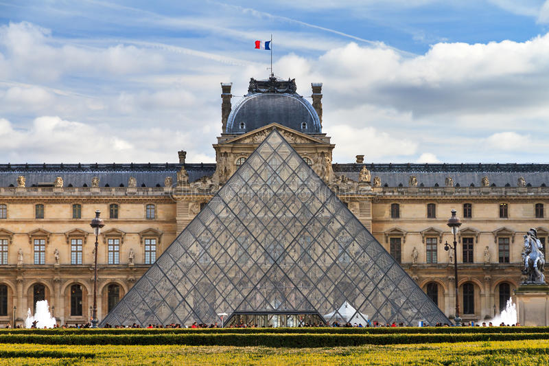 Tele Louvre arkivfoton