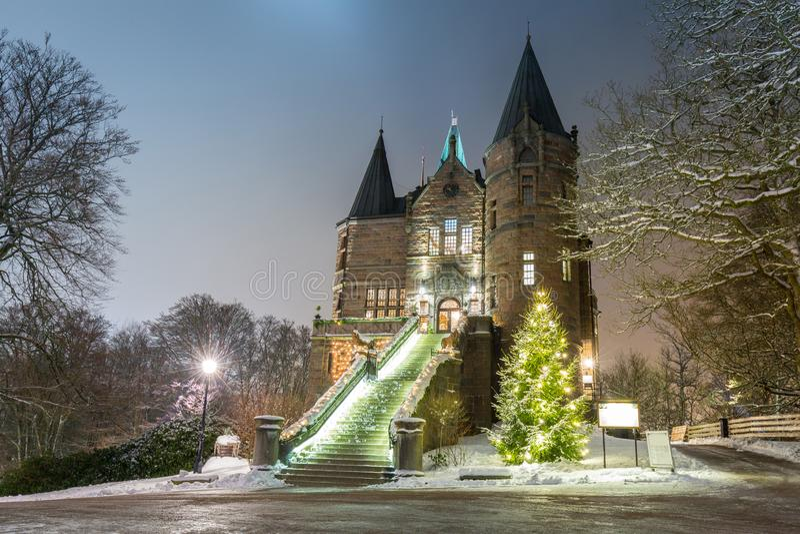 Teleborg slott på den snöig natten i Vaxjo, Sverige arkivfoto