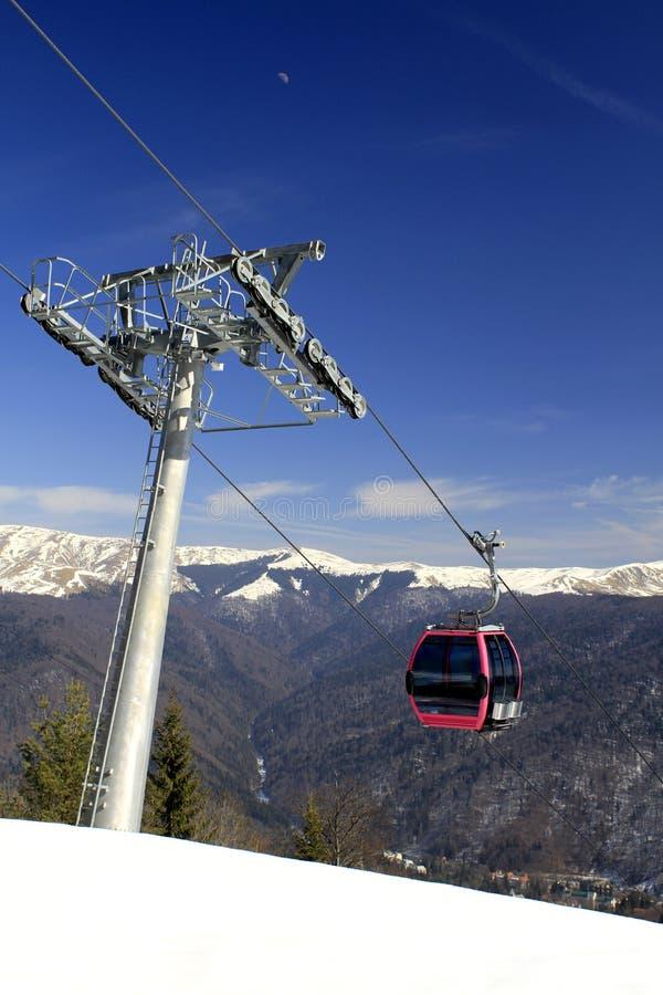 Telecabin dans les montagnes photographie stock libre de droits