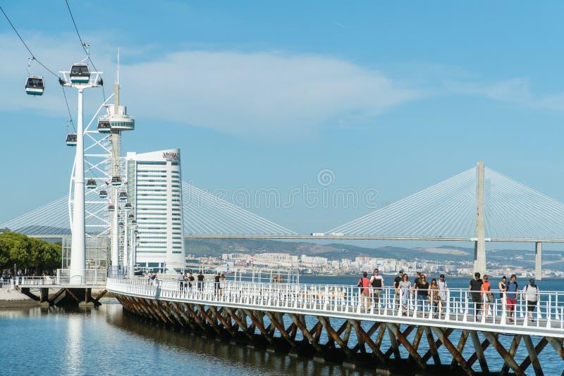 Telecabins-Drahtseilbahnen und Leute im Park von Nationen in Lissabon lizenzfreie stockfotos