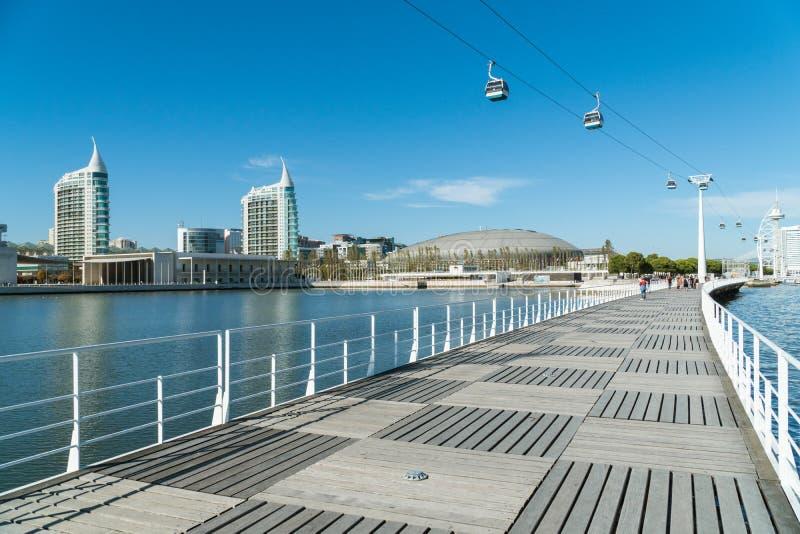 Telecabinskabelwagens en mensen in Park van Naties in Lissabon stock foto's