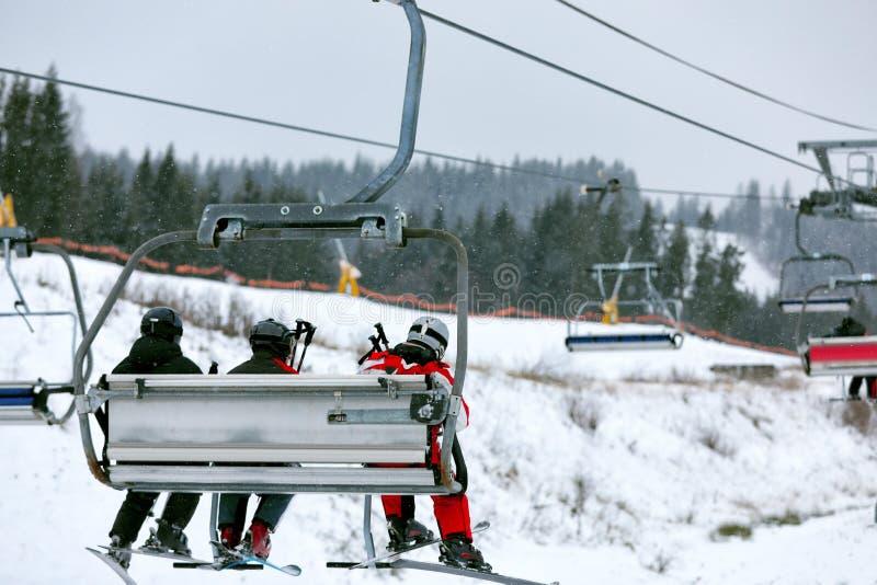 Telecadeira com os povos na estância de esqui fotos de stock royalty free