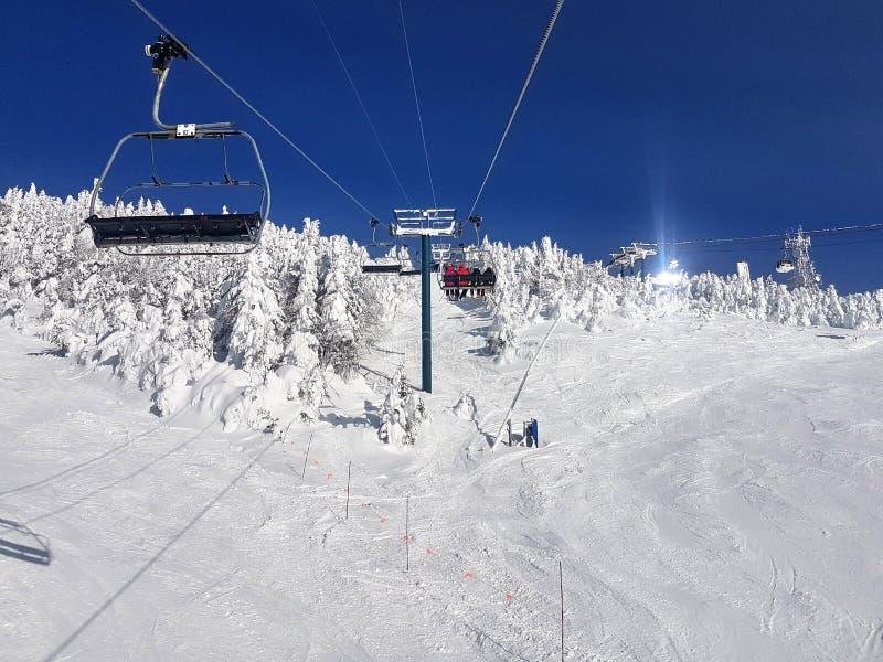 Telecadeira e fugas na estância de esqui imagem de stock royalty free