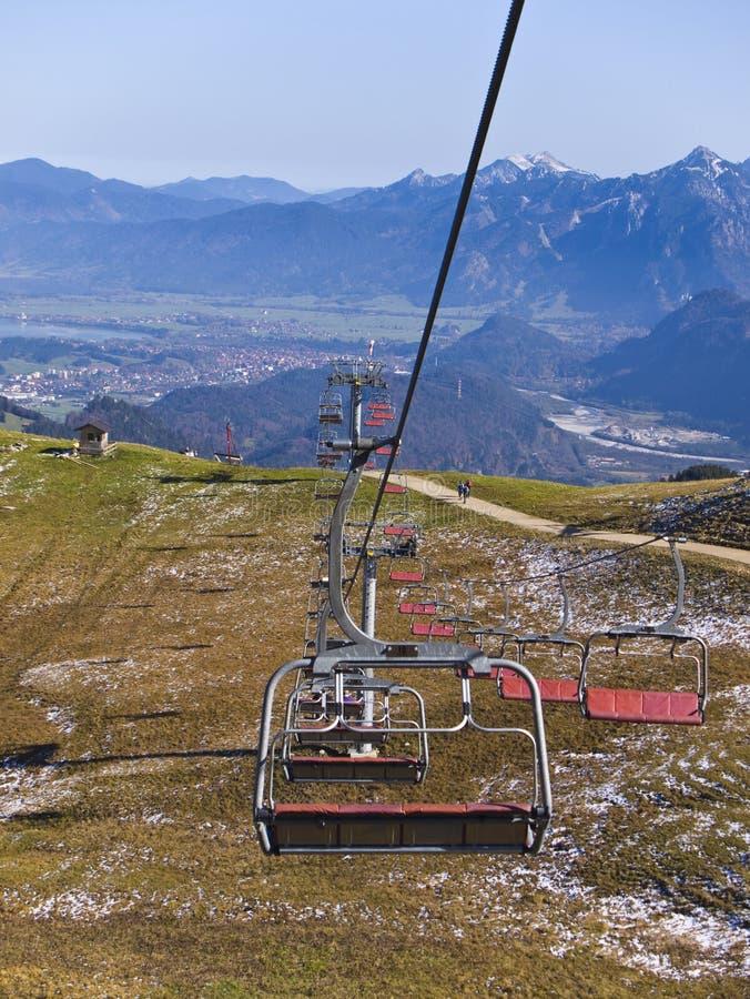 Telecadeira na estância de esqui alpina no verão foto de stock