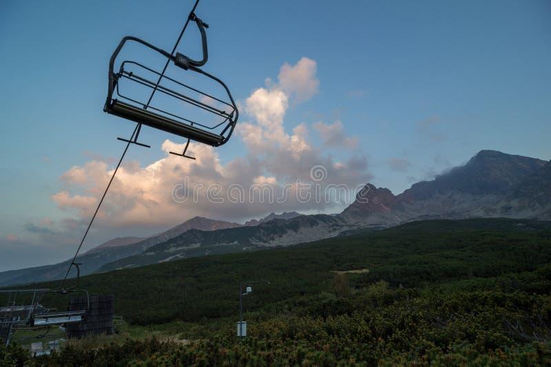 Telecadeira nas montanhas fotografia de stock royalty free