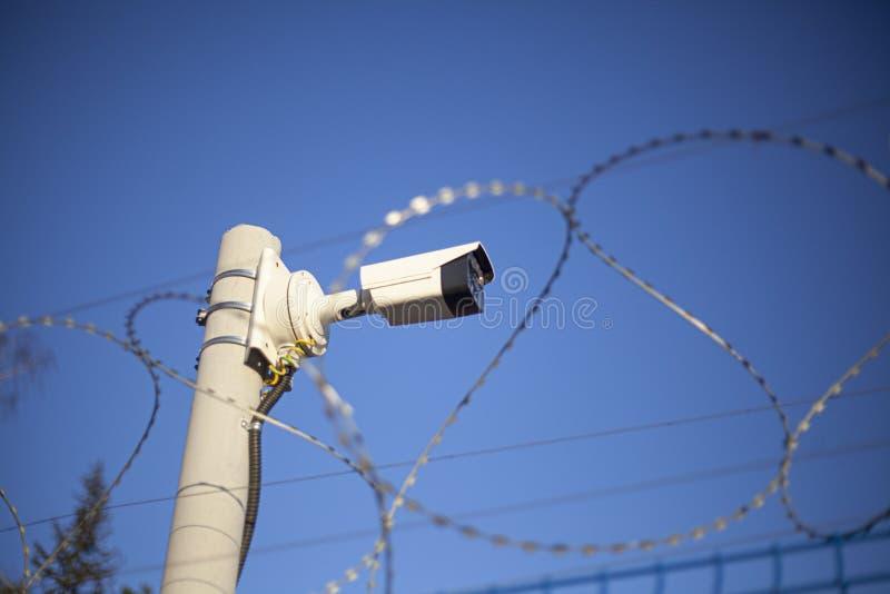 Telecamera di sorveglianza sulla recinzione Sicurezza video immagini stock libere da diritti
