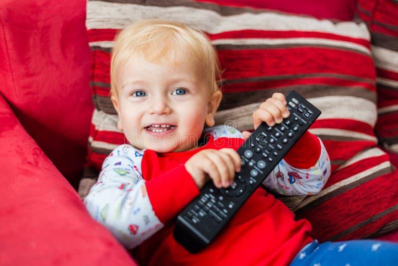 Telecomando sorridente della tenuta di Little Boy fotografia stock