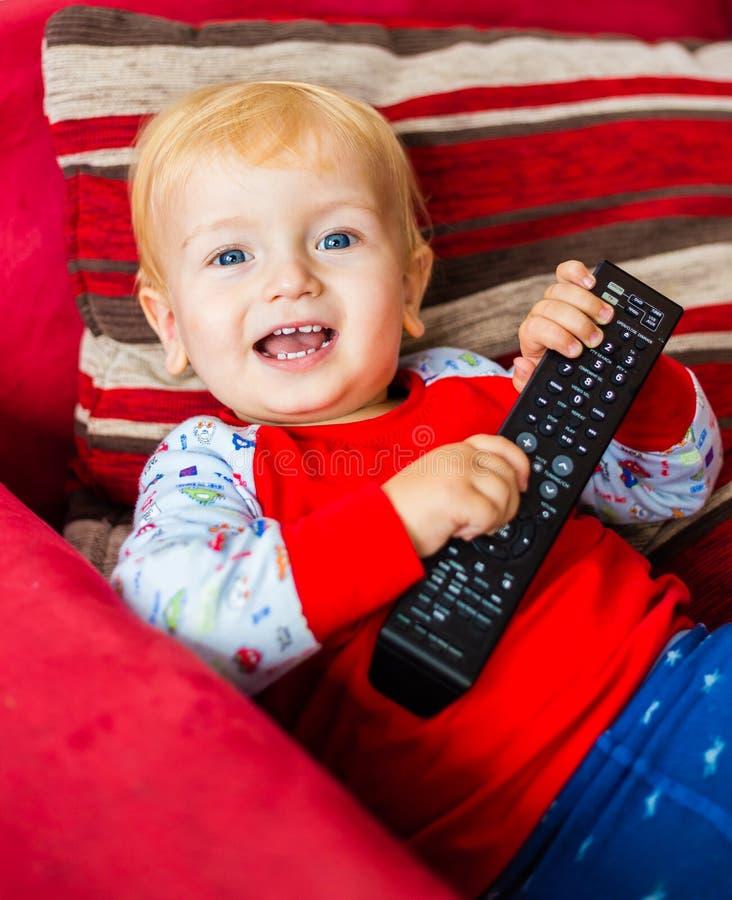Telecomando sorridente della tenuta di Little Boy fotografie stock libere da diritti