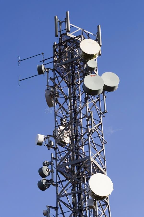 Telecommunicatie mast en blauwe hemel royalty-vrije stock foto's
