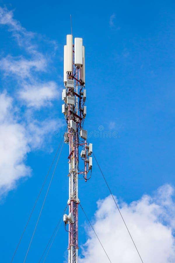 Telecommunicatie-uitrusting - richting mobiele telefoonantenne stock foto