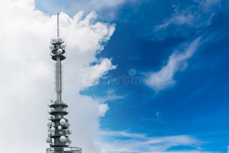 Telecommunicatie-uitrusting - richting mobiele telefoonantenne stock fotografie