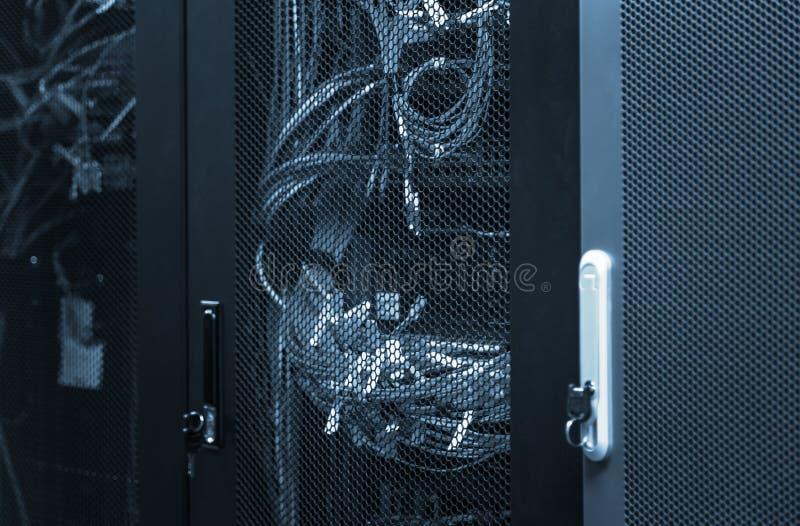 Telecommunicatiemateriaal 5G, 4G, 3G LTE met verbonden vezel optische kabels in netwerkschakelaars stock afbeeldingen
