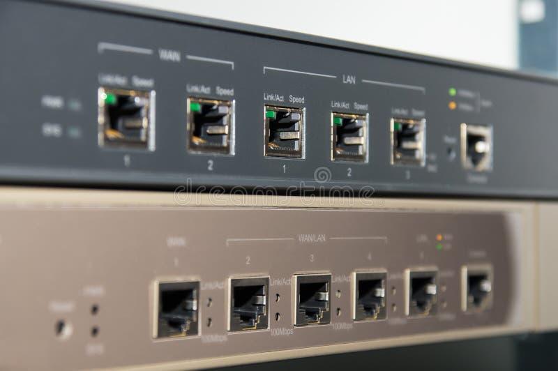 Telecommunicatierek met router en firewall stock afbeeldingen