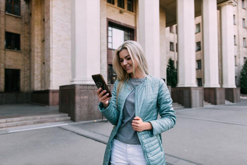 Telecommunicaties in het stadsleven Meisje met gadget stock afbeelding