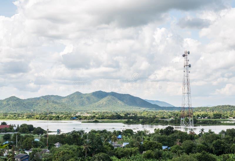 Telecommunicatietoren in het landelijke dorp royalty-vrije stock foto's