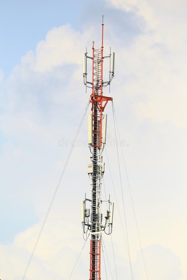Telecommunicatietoren met blauwe hemel royalty-vrije stock fotografie