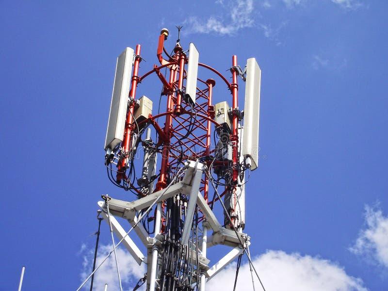 Telecommunicatietoren met de hemel royalty-vrije stock afbeeldingen