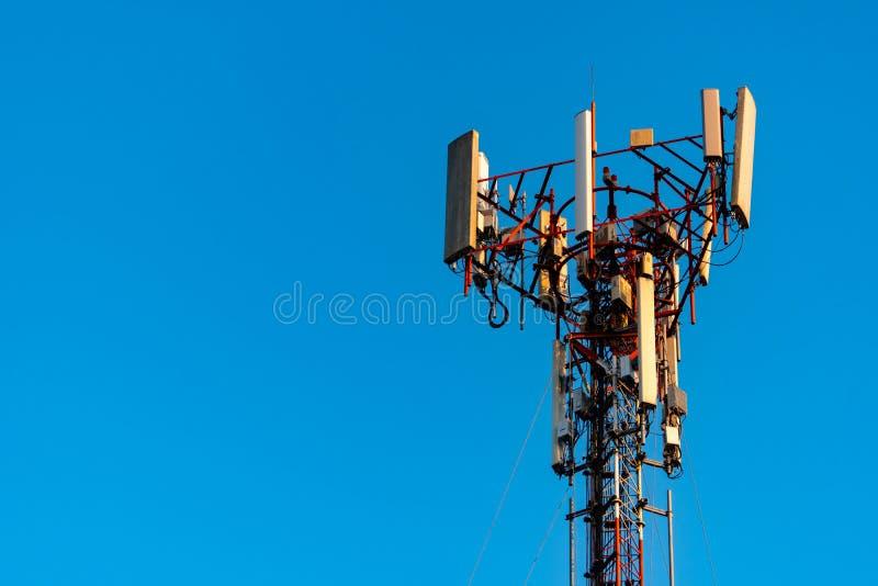 Telecommunicatietoren met duidelijke blauwe hemelachtergrond Antenne op blauwe hemelachtergrond Radio en satellietpool Mededeling royalty-vrije stock foto's
