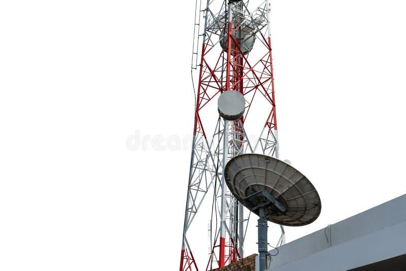 Telecommunicatietoren met satellietdieschotel, op witte achtergrond, met het knippen van weg wordt geïsoleerd royalty-vrije stock afbeeldingen