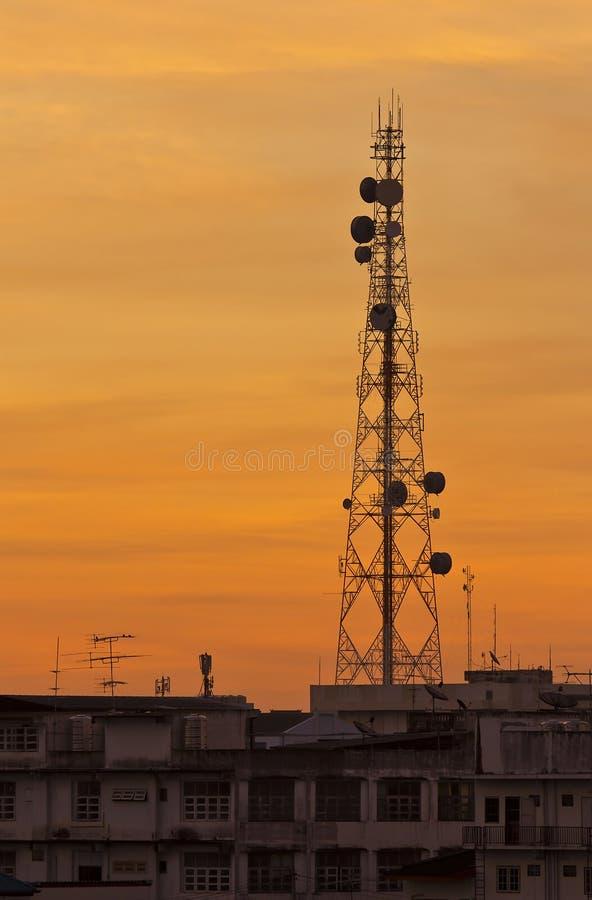 Telecommunicatietoren met zonsonderganghemel. royalty-vrije stock foto's