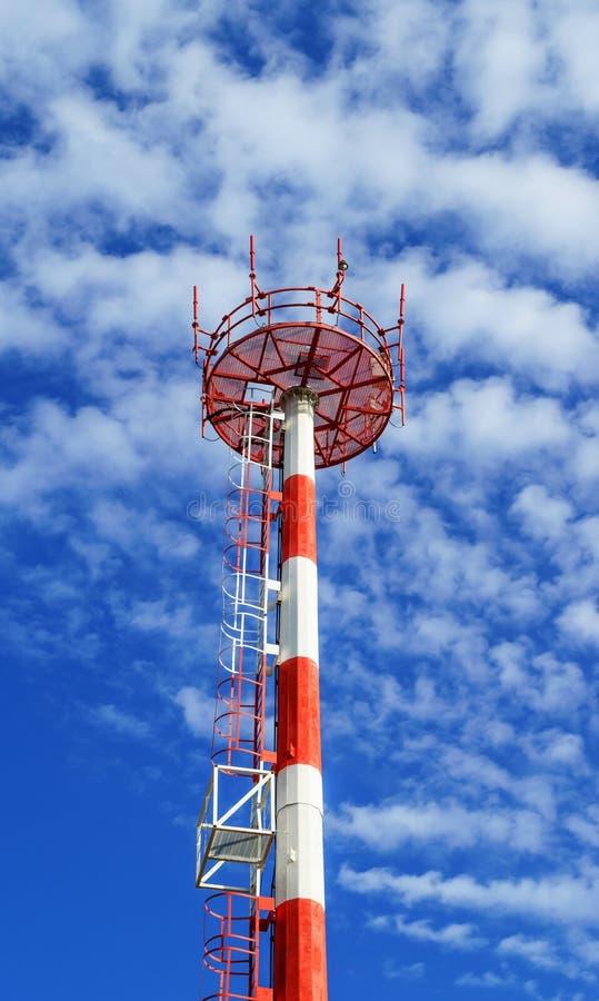 Telecommunicatietoren op blauwe hemelachtergrond stock foto's