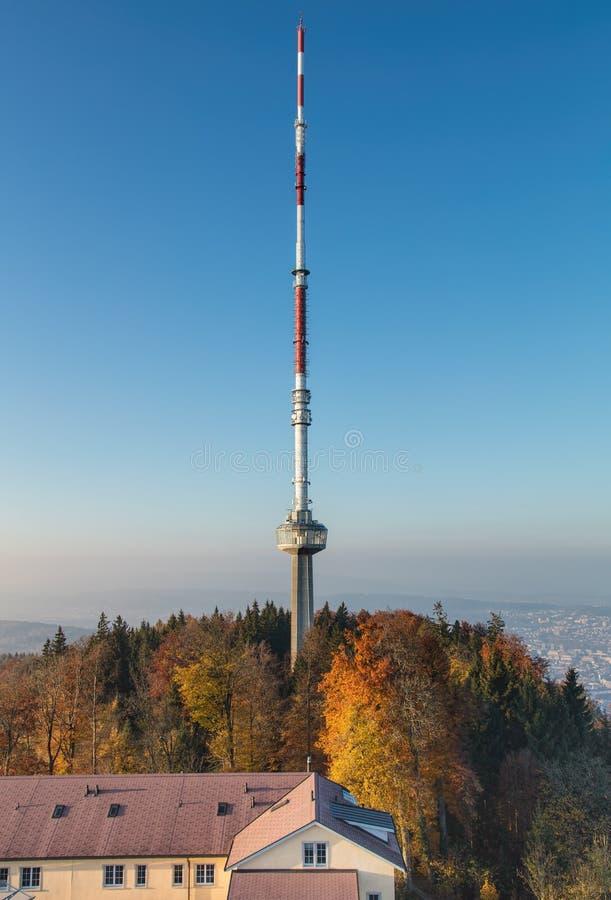 Telecommunicatietoren op de bovenkant van Mt Uetliberg stock afbeelding
