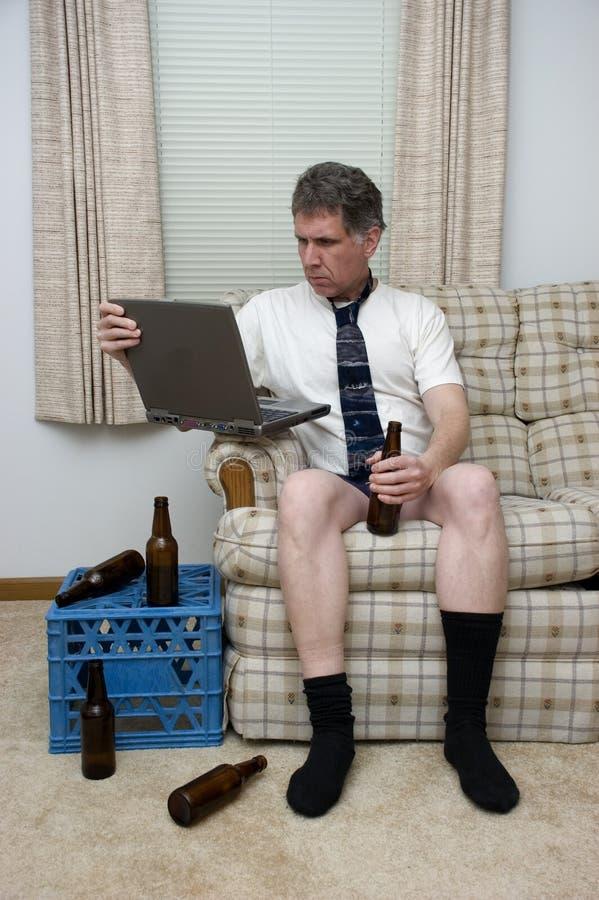 Telecommutando lavoro dall'uomo domestico che lavora a distanza immagine stock