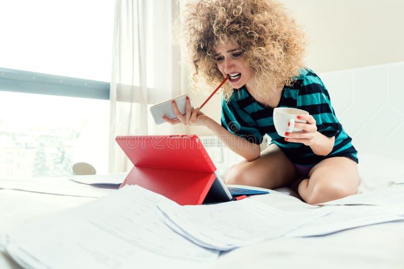 Telecommuting kobieta jest desperacki mieć żadny wskazówkę zdjęcia royalty free