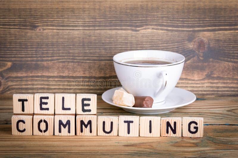 telecommuting Träbokstäver på den informativ och kommunikationsbakgrunden för kontorsskrivbord, royaltyfria bilder