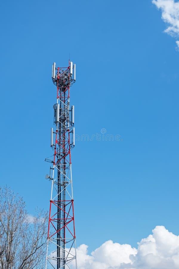 Telecomunication在天空蔚蓝的塔天线 免版税图库摄影