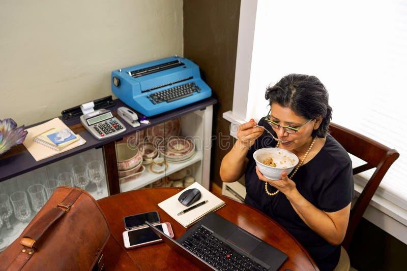 Teleconmutación femenina del nacido en el baby boom a trabajar imagen de archivo