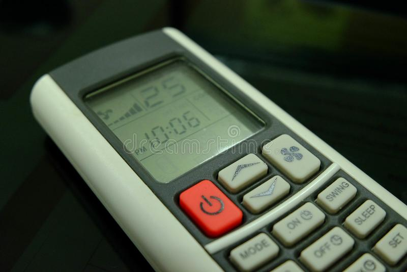 Teledirigido condicional y 25 grados Celsius del aire del botón rojo imagenes de archivo
