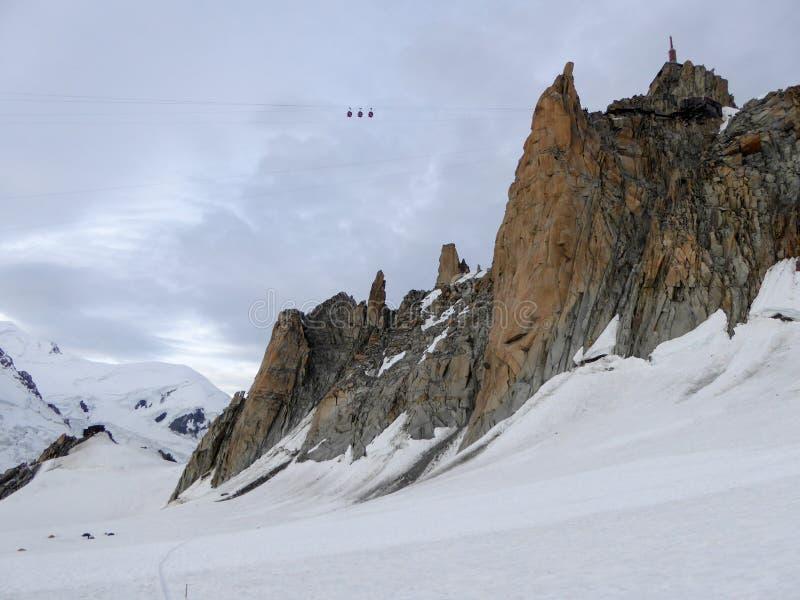 Teleférico alto para arriba sobre un glaciar en las montañas con un fondo del panorama de la montaña fotos de archivo libres de regalías