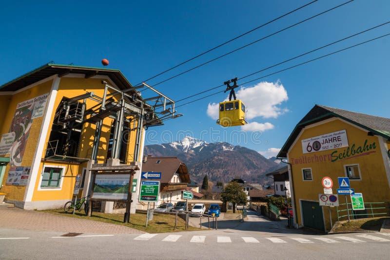 Teleférico amarelo na estação do teleférico de Zwoeferhorn, StGilgen, Au fotografia de stock royalty free