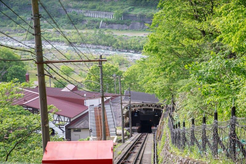 Teleférico de Kurobe del túnel en la ruta alpina de Tateyama Kurobe en Japón imagenes de archivo